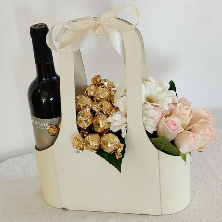 מארז יין פרחים ומתוקים